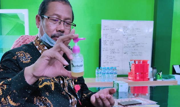 Merebaknya Corona, Unisla Buat Hand Sanitizer Herbal